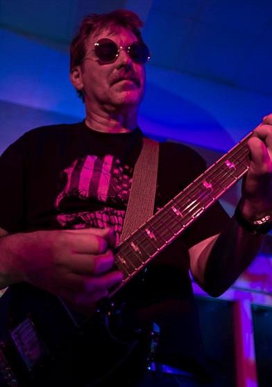 Asgeir spiller gitar i bandet Øresus