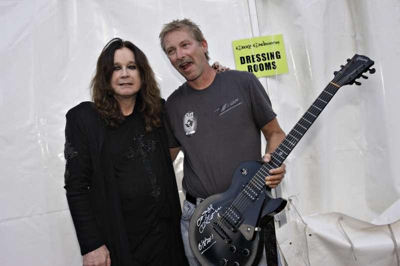 Smilende Ozzy og meg med nysignert gitar