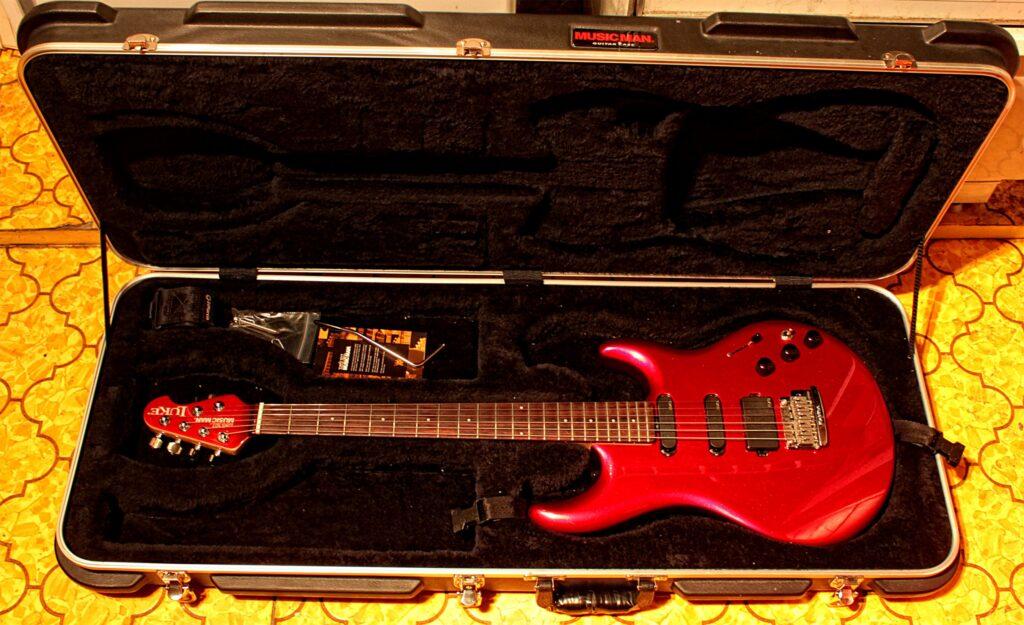 MusicMan Luke gitar, nydelig rødfarge!